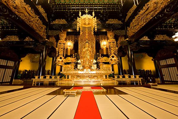 Nếu có dịp đến Nhật, đặt chân đến Vương đường, bạn sẽ không khỏi choáng ngợp trước khung cảnh và cách bài trí của nơi này, với những pho tượng Phật được đúc bằng vàng thật cùng với nhiều bảo vật khác.