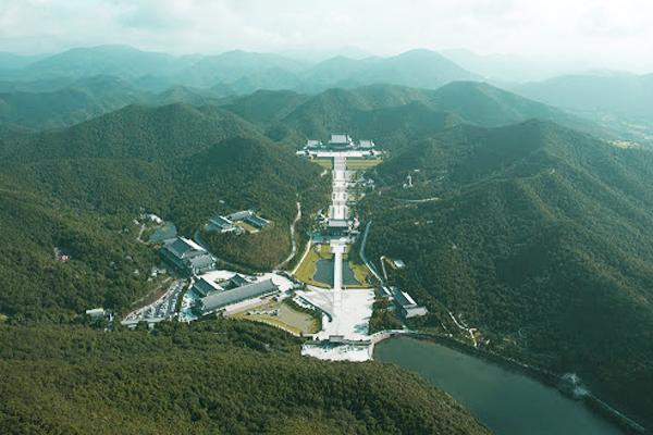 Vương Đường Phật Giáo được vây bọc chung quanh bởi 8 ngọn núi, thành hình một đóa sen tám cánh.