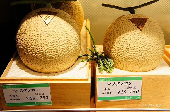 Mỗi trái dưa sẽ được đóng trong những chiếc hộp gỗ có màu vàng giống vỏ dưa, bên trong có lót xốp và vải trắng.
