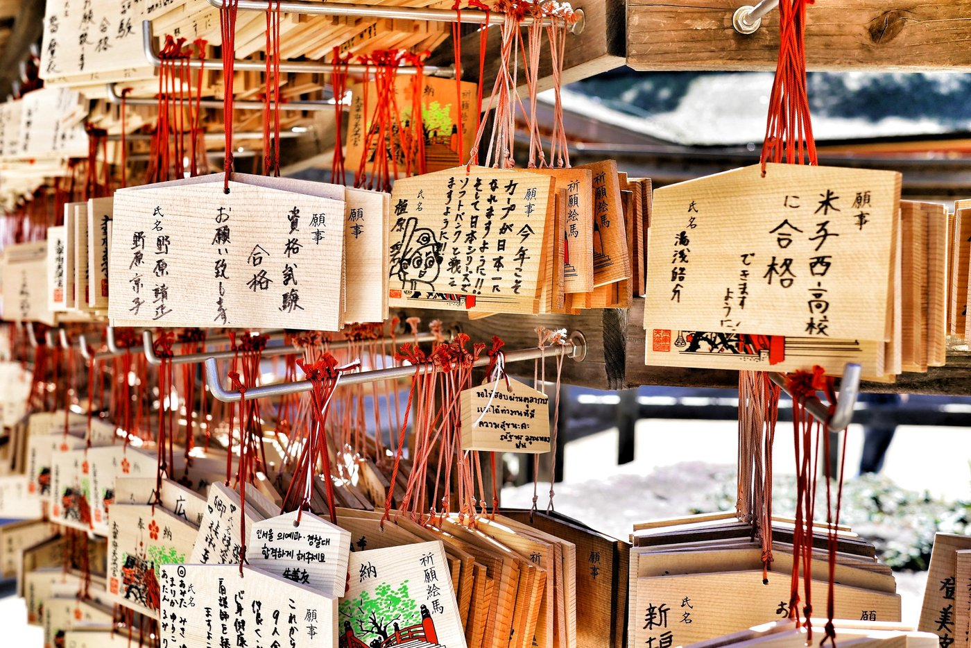 Bảng gỗ ema biểu tượng may mắn từ các vị thần