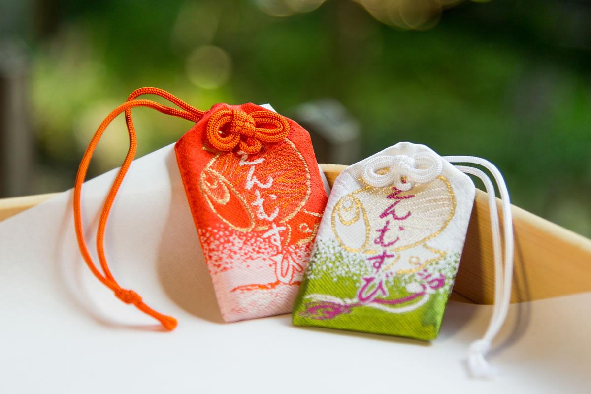 Bùa Omamori - biểu tượng may mắn thường được bán tại các đền thờ Shinto trên khắp đất nước Nhật Bản