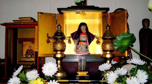 Búp bê Okiku được trưng bày trong ngôi đền Manneji.