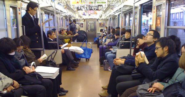 Không nên nói chuyện, gây ồn ào trên tàu điện hay xe bus