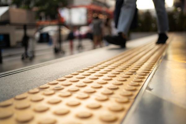 Những vệt sơn có màu vàng trên đường là dùng để cho người khiếm thị có thể phân biệt được đâu là đường chính.