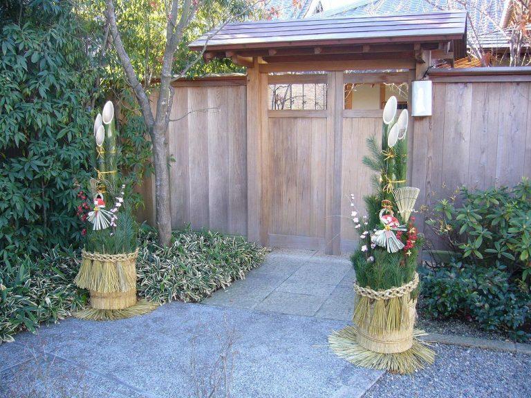 Vào ngày Tết, người Nhật có tập quán trang trí cây thông (かどまつ) trước cửa nhà, trước cửa hàng hay trước cổng công ty.