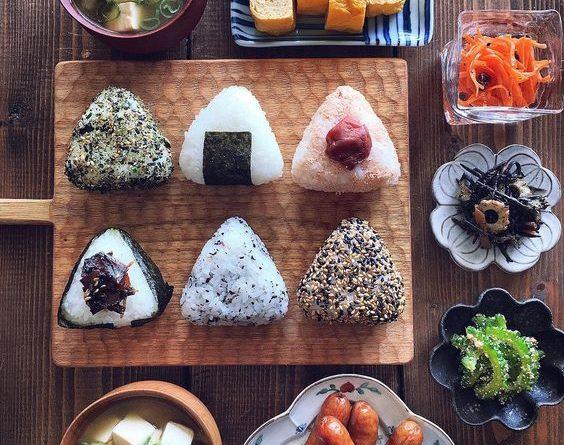 Cách làm cơm nắm cá ngừ mayonnaise Nhật Bản đơn giản nhất