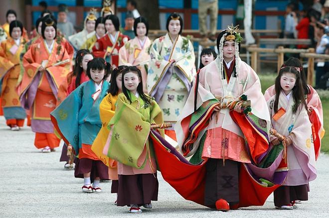 Lễ diễu hành với những bộ trang phục truyền thống tuyệt đẹp trong lễ hội Aoi.