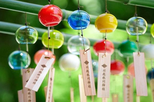 Chuông gió Furin được trang trí với nhiều màu sắc khác nhau