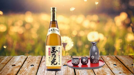 Rượu sake là một loại rượu nhẹ truyền thống nấu từ gạo qua nhiều công đoạn lên men của người Nhật