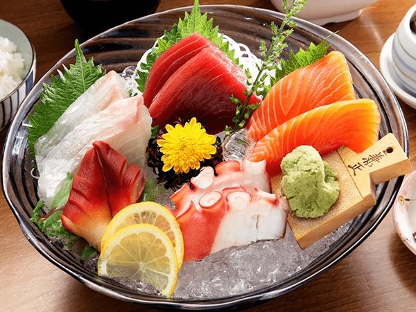 Sashimi là món ăn tiêu biểu đại diện cho ẩm thực đồ sống tại xứ sở hoa anh đào.