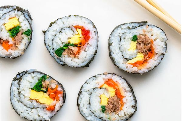 Sushi Maki Nhật Bản trông khá giống với kimbap nhỉ!