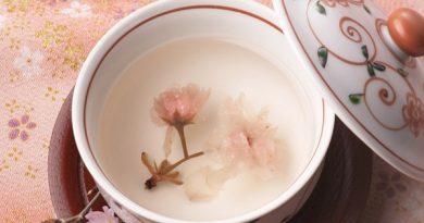 Những chén trà hoa anh đào thật đẹp
