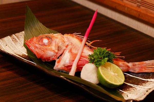 Kinki Shioyaki là tên một loại cá có lớp da màu đỏ hồng tươi.
