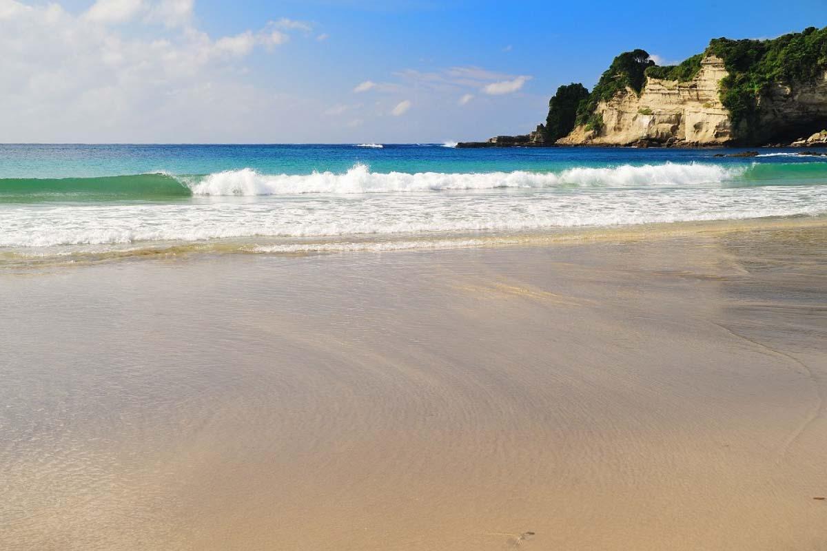 Ốc đảo được bao quanh bởi Bãi biển Nhật Bản Tssubara tuyệt đẹp