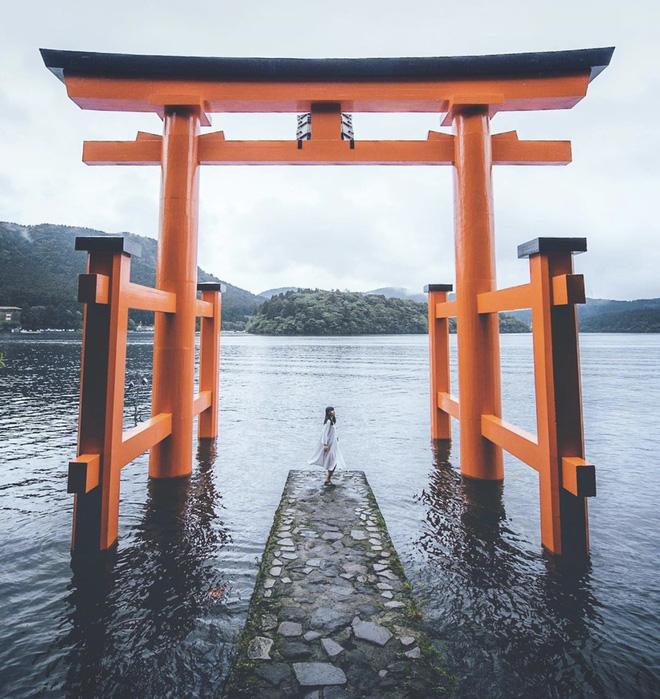 Torii là là một loại cổng truyền thống của Nhật Bản, thường được thấy ở lối vào hoặc trong đền thờ Thần đạo.