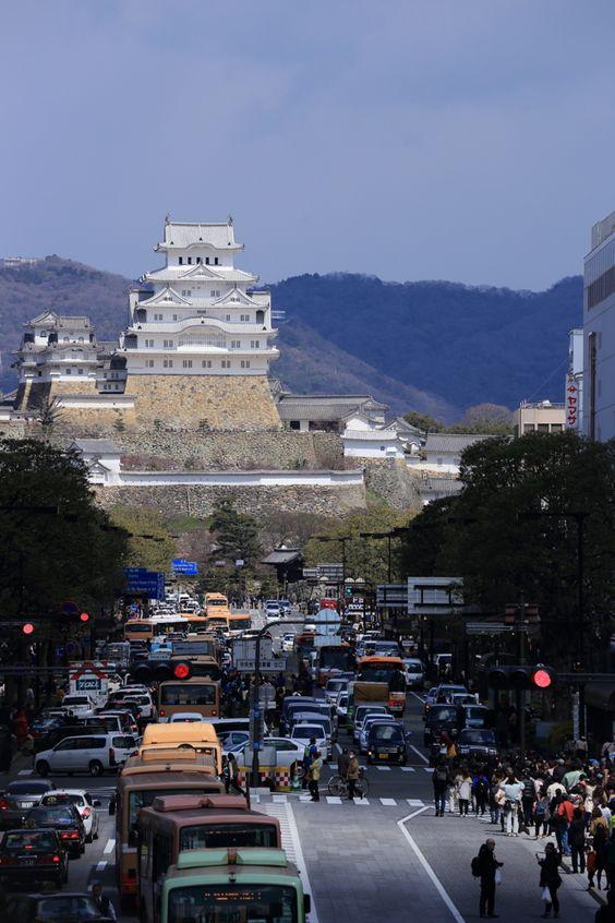 Lâu đài Himeji bên đô thị tấp nập