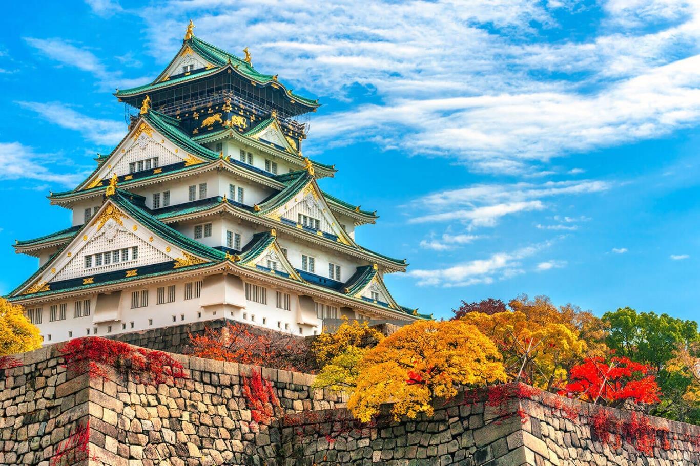 Lâu đài osaka rực rỡ trong sắc vàng của mùa thu