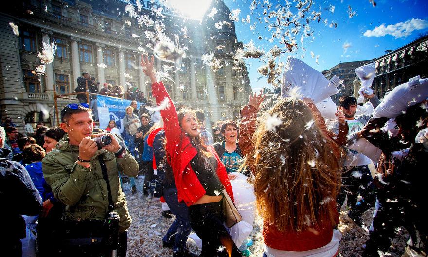 Thoải mái xả stress trong ngày lễ hội đập gối