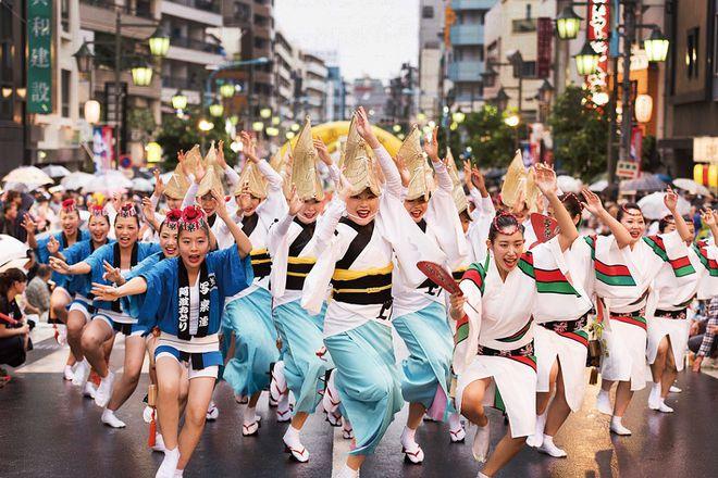 Điệu Obon thường múa theo một kiểu mẫu và được lặp đi lặp lại khoảng 4 động tác, dù là người mới tập cũng có thể nhớ được ngay