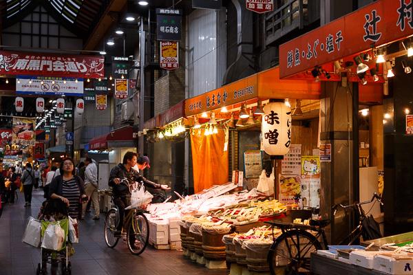 Chợ Kuromon nơi tập trung các món ăn ngon