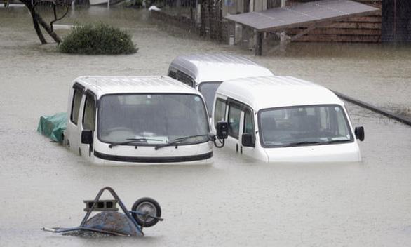 Xe cộ bị ngập một nửa ở thành phố Ise, miền trung Nhật Bản