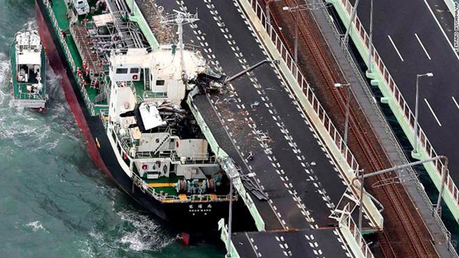 Tàu chở dầu nặng gần 2.600 tấn đâm vào cầu nối liền sân bay Kansai với đất liền, khiến cả cầu và tàu đều bị hư hại