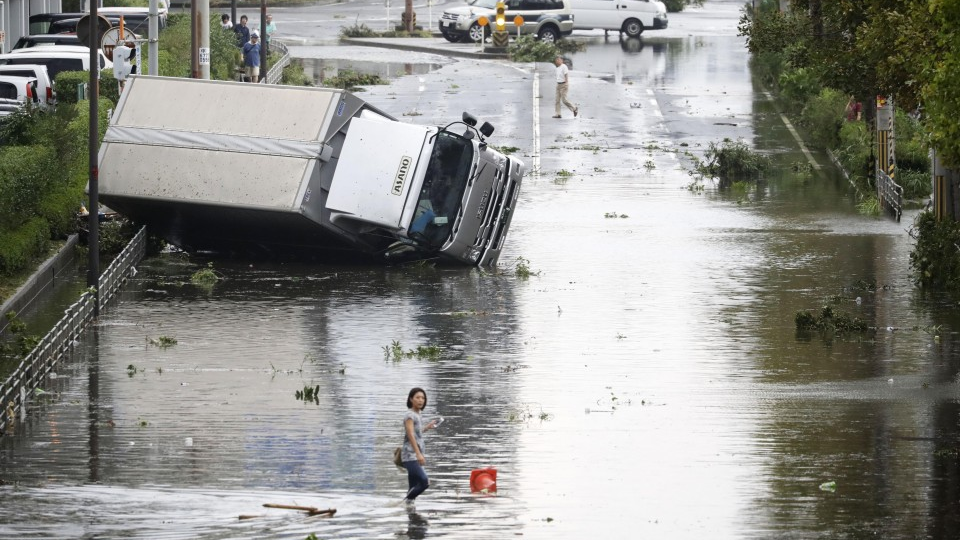 Xe tải bị lật, đường phố ngập nước sau bão ở Osaka