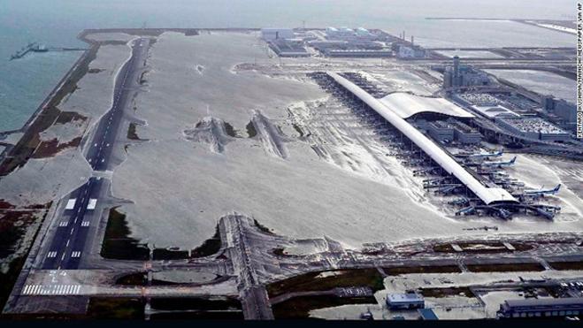 Sân bay quốc tế Kansai ở Osaka ngập sâu trong nước