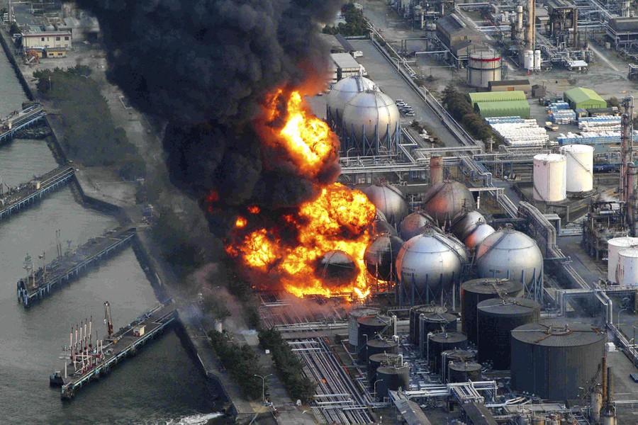 Động đất làm cháy bồn chứa dầu tại nhà máy Cosmo ở Ichihara