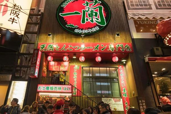 Thưởng thức một tô mì ramen vào buổi đêm cũng là một trải nghiệm thú vị tại Nhật
